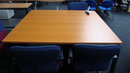 Vierkante vergadertafel