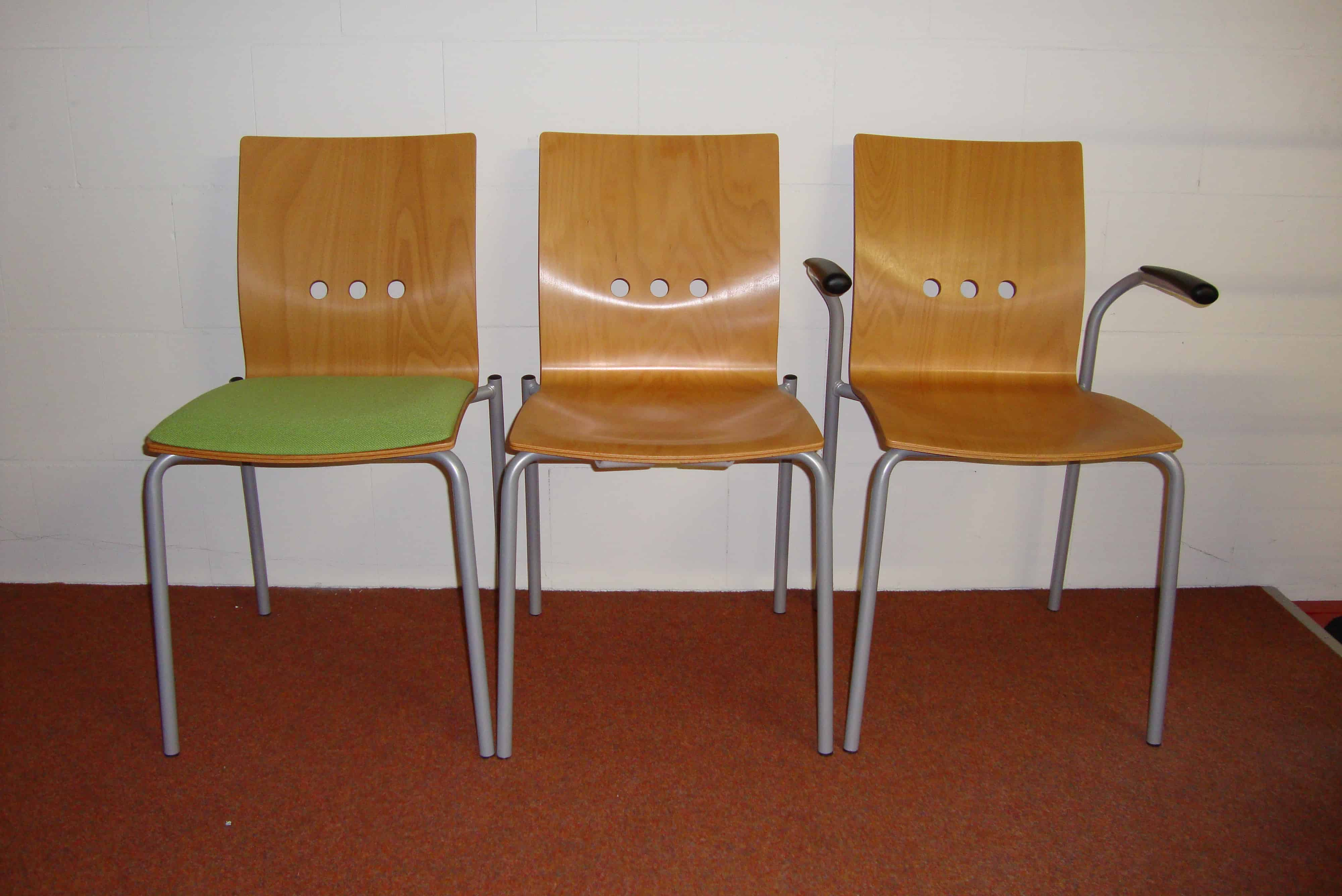 Set van drie stoelen de jong kantoormeubilair for Outlet stoelen